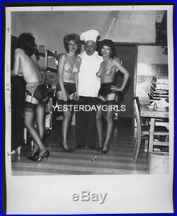 Ygst-0241 Original Vintage B/w 8x10 1960's3 Leggy Nudes In Kitchen Elmer Batter
